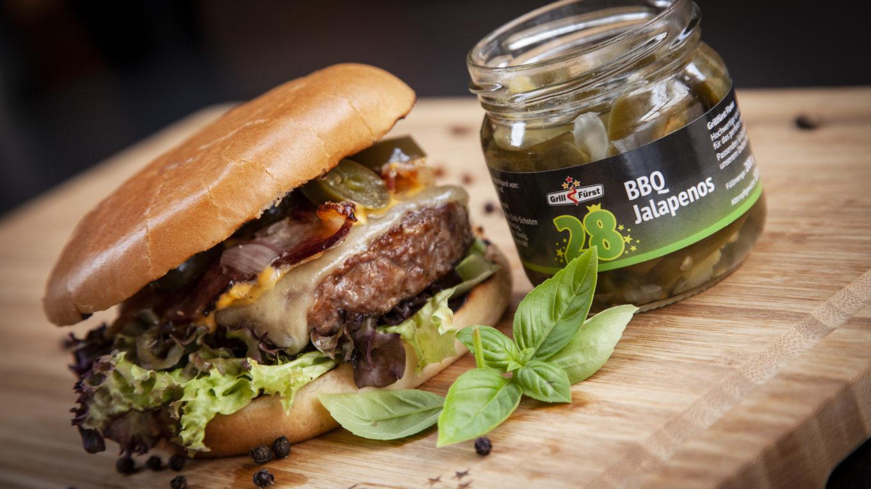 Klassischer Rindfleisch Burger mit Zwiebelmarmelade