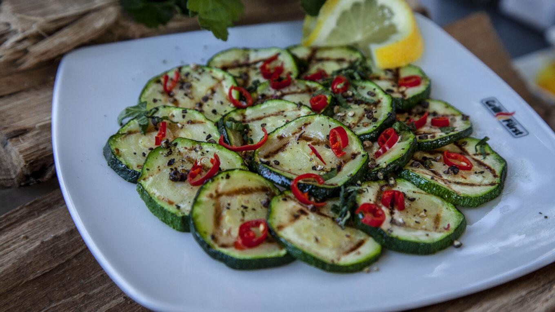 Zucchini-Minzsalat mit feurigem Chili
