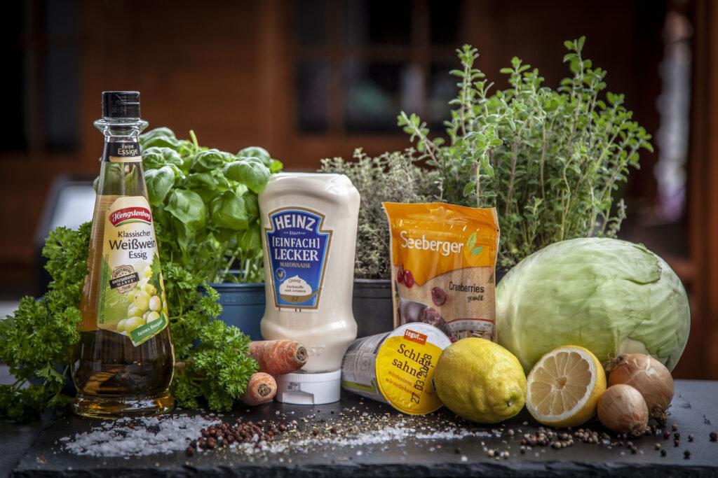 Die Zutaten für einen klassischen amerikanischen Krautsalat