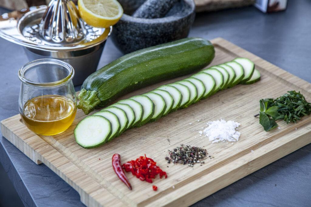 Die Zutaten für den Zucchini-Minz-Salat