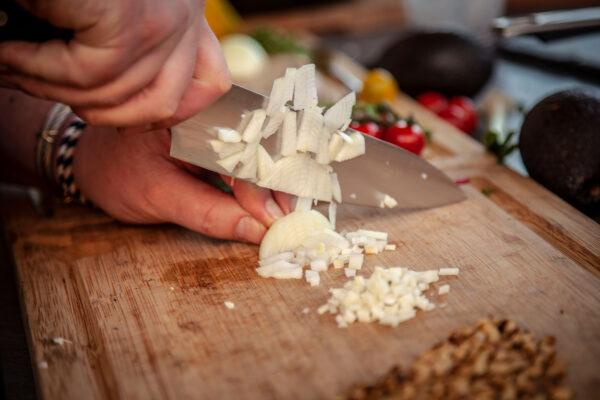 Knoblauch für Pesto zerkleinern
