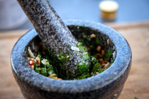 Pesto im Mörser zerkleinern