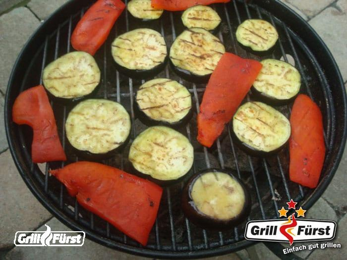 Zucchinischeiben und Paprikascheiben auf Grill