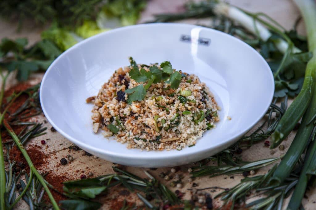 Couscous Salat mit gerösteten Mandeln und Kräutern als Beilage zum Grillen