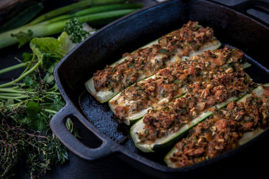 Gefüllte Zucchini Schiffchen vom Grill