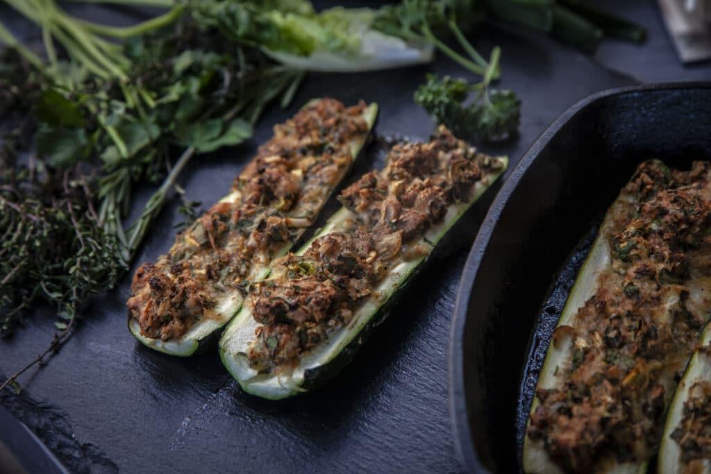 Vegetarisch gefüllte Zucchini vom Grill