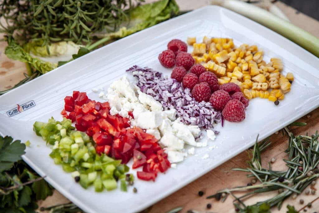 Salate mit frischen Zutaten genial aufpeppen. Perfekt für das Grillbuffet.