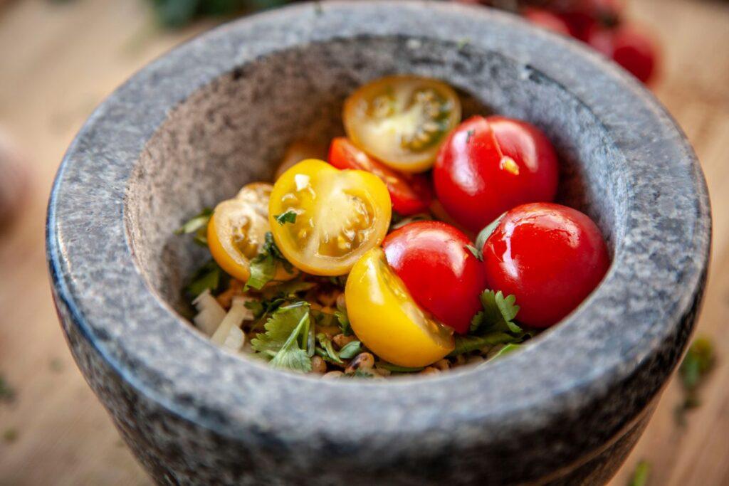 Die Zutaten für das Pesto werden im Mörser zerkleinert