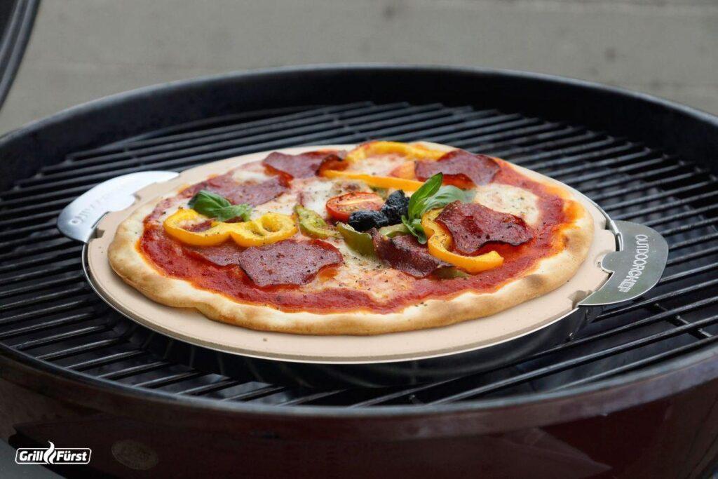 Der Pizzastein am Kugelgrill