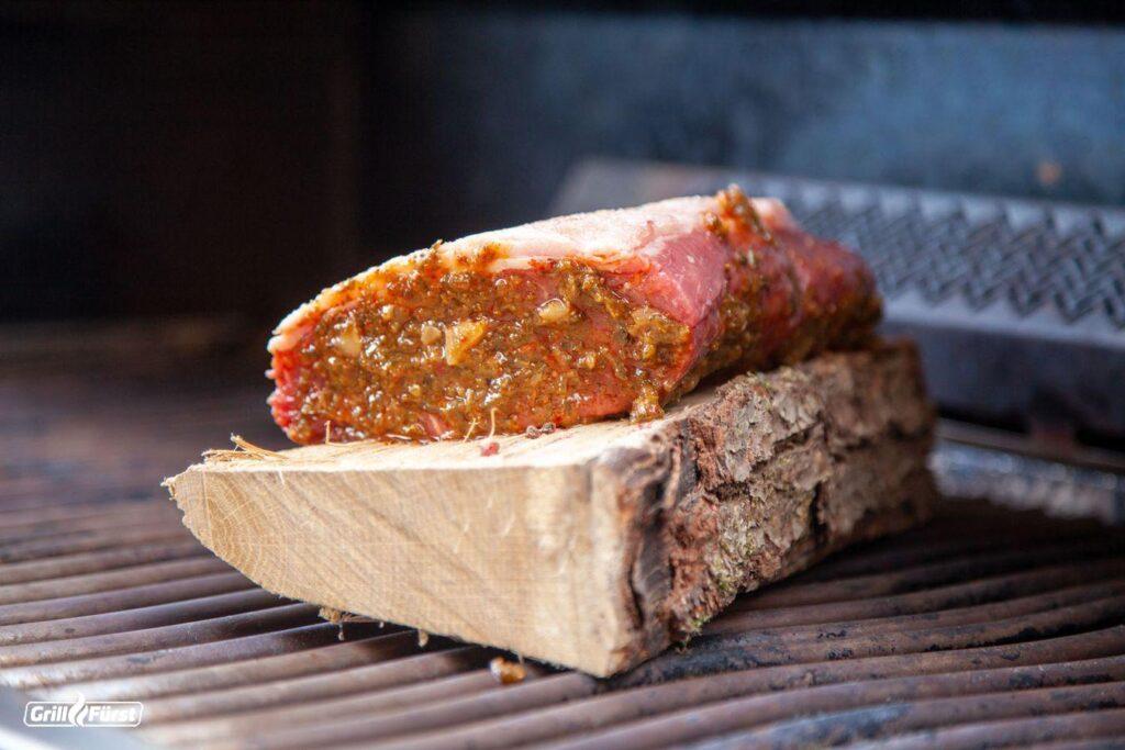Du kannst dein Roastbeef auf eine Holzplanke legen und indirekt garen