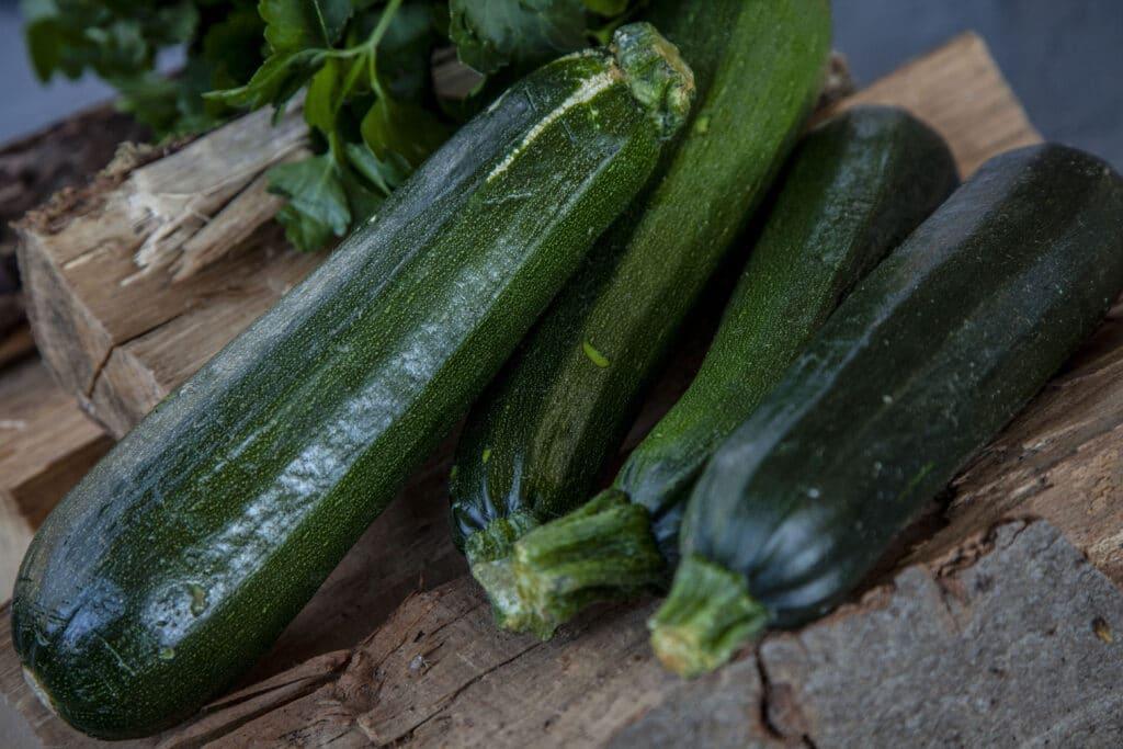 Frische Zucchini grillen