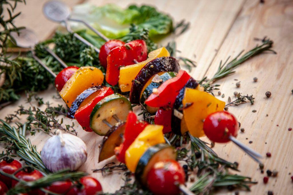 Gemüse Spieße vom Grill sind immer eine tolle Beilage.