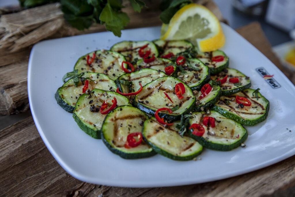 Zucchinisalat als köstliche Grillbeilage