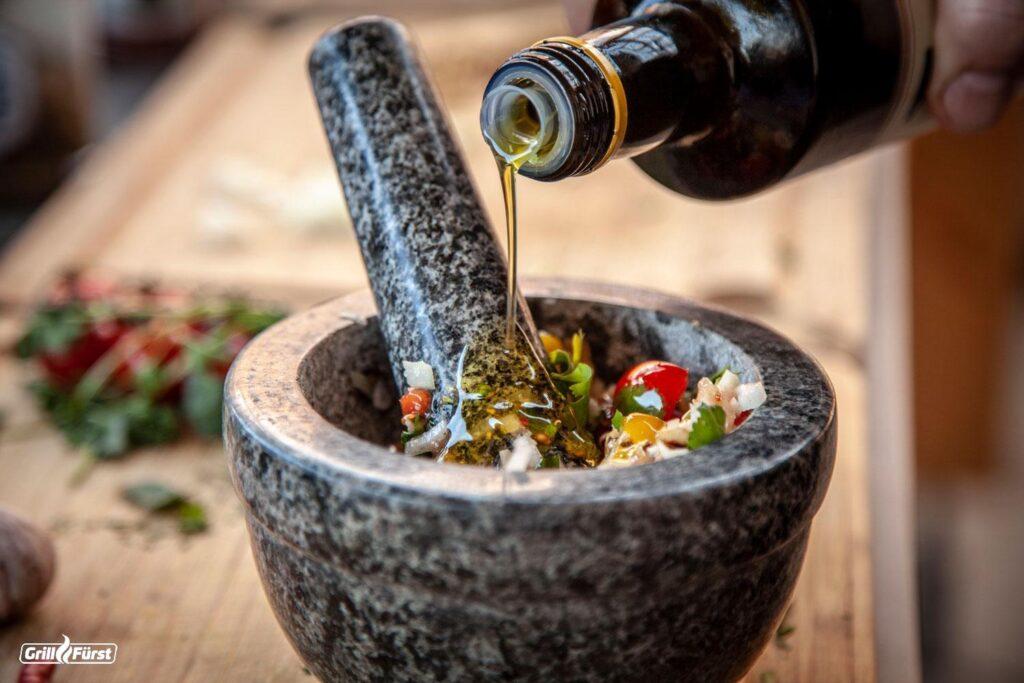 Das Pesto wird im Mörser zubereitet