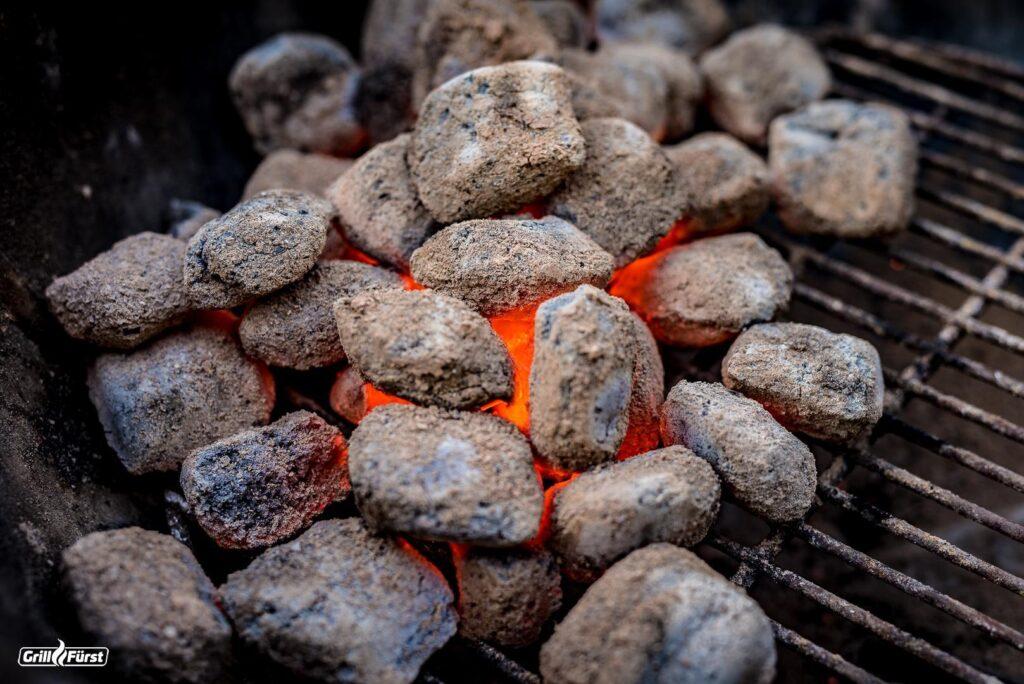 Die Brenndauer von Grillbriketts ist im vergleich zu Holzkohle deutlich länger.