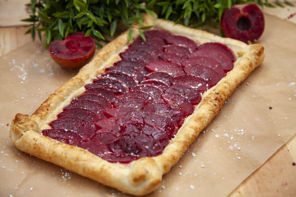 Rezept für leckere Pflaumen Tarte mit Blätterteig vom Grill.