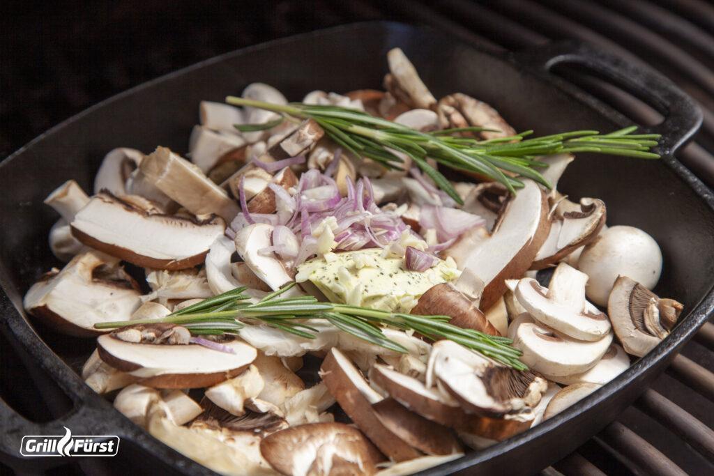 Eine Pilzpfanne ist die perfekte Beilage zum Grillfleisch.