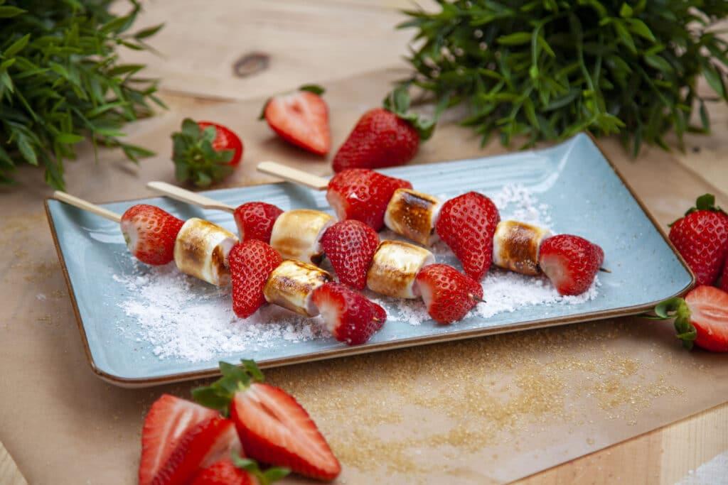 Fruchtig süße Erdbeeren vom Grill. Rezept für Erdbeer Marshmallow Spieße.