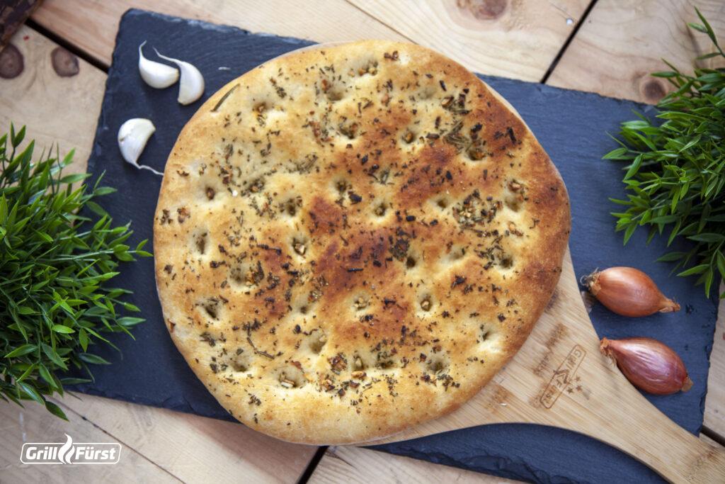 Focaccia mit aromatischen Kräutern, Knoblauch und Olivenöl.