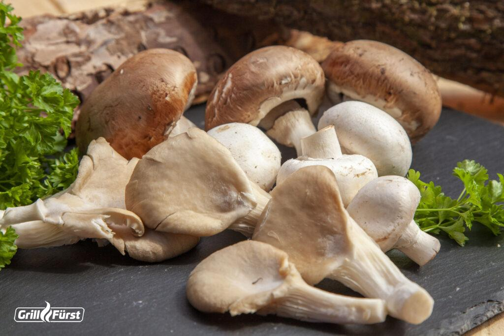 Pilze einfrieren: Die frischen rohen Pilze solltest du vor dem Einfrieren gründlich säubern.