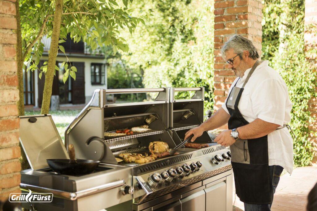 Eine große Grillfläche bedeutet eine vollwertige Außenküche.
