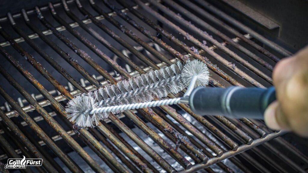 Die Grillfürst Grillbürste mit Edelstahlborsten ist perfekt für die Reinigung von Edelstahlrosten geeignet.
