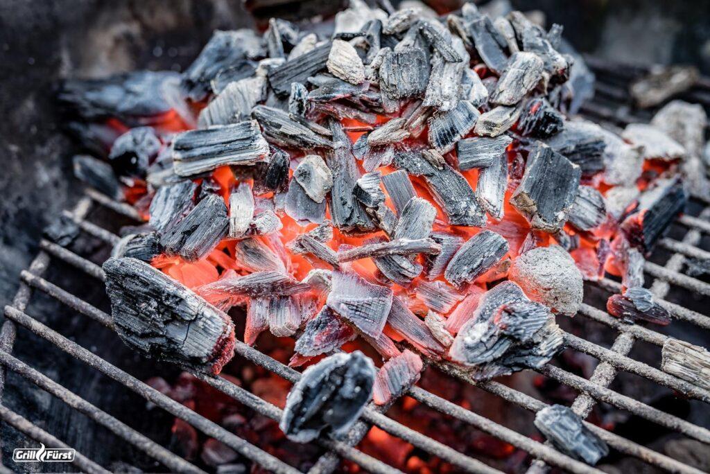 Für schnelle Glut eignet sich Holzkohle aus Weichholz.