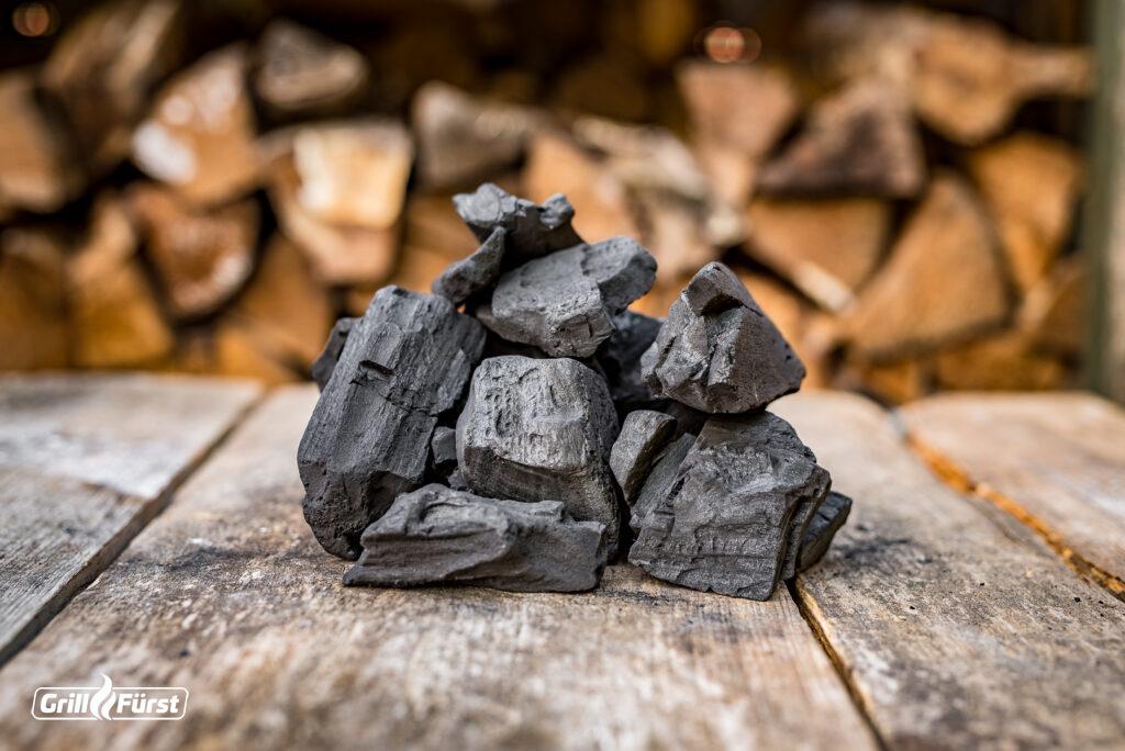 Große Stücke Holzkohle haben eine lange Glühzeit. Es handelt sich meist um Restaurant Kohle.