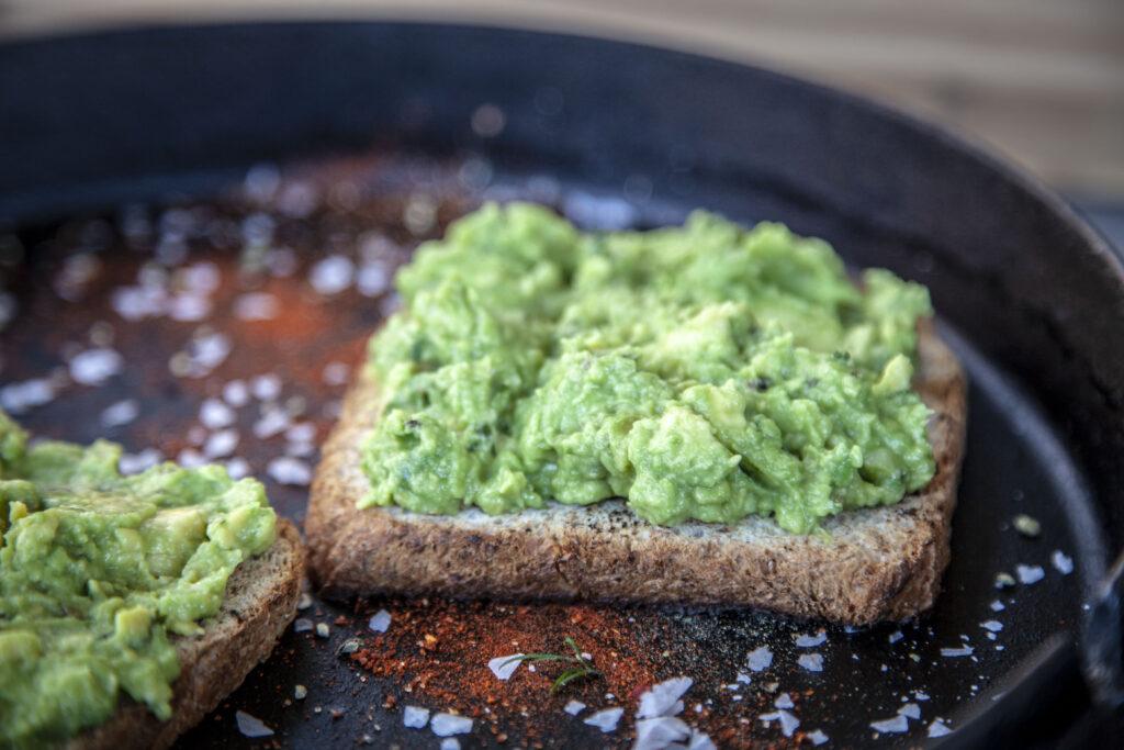 Avocado zum Frühstück - lecker und gesund.