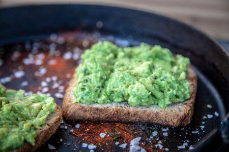 Toast mit Avocado Dip bestrichen