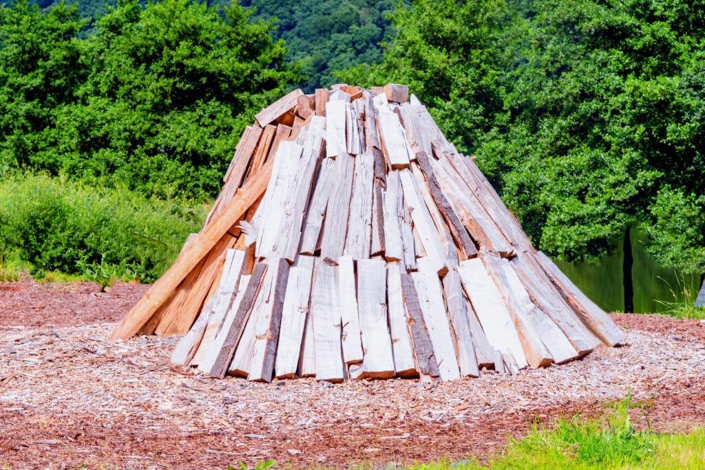 Der Holzkohlemeiler dient der Herstellung von hochwertiger Holzkohle.