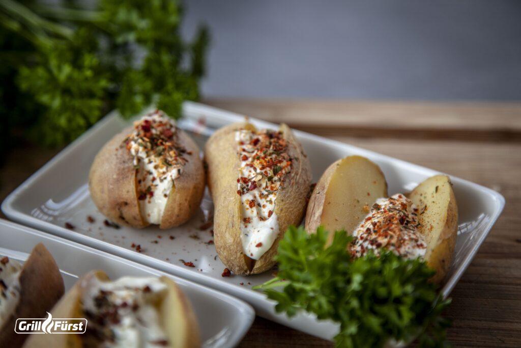 Leckere Kartoffeln vom Grill mit Quark