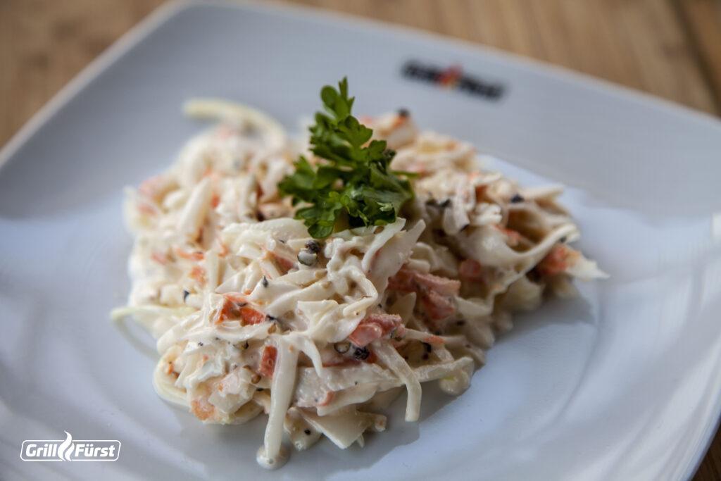 Hausgemachter Krautsalat - auch Coleslaw genannt - wird in der amerikanischen Küche oft zu Grillgerichten gereicht.