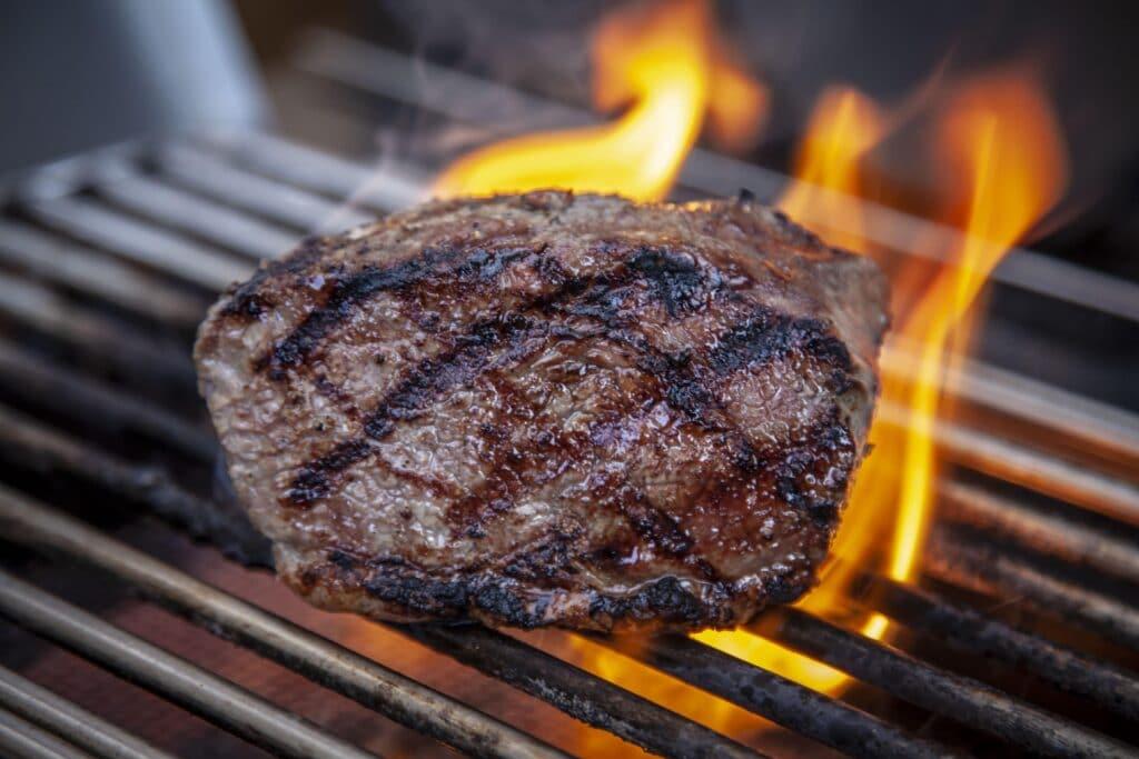 Ein Steak erhält auf dem Grillrost sein Branding und tolle Röstaromen.