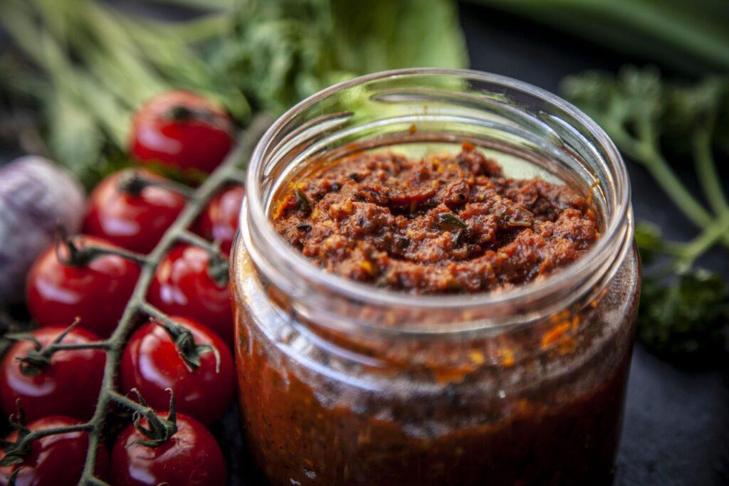 Die Tomatensalsa lässt sich prima zu Fleisch und Broten servieren.