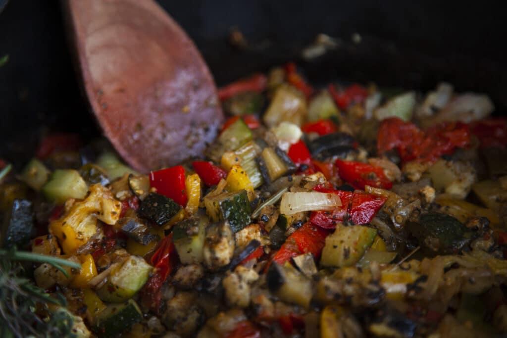 Das Gemüse für die Ratatouille wird scharf angebraten.