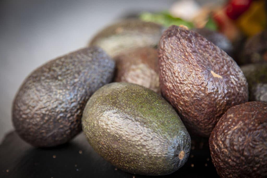 Der Reifegrad von Avocados ist ganz leicht zu bestimmen.