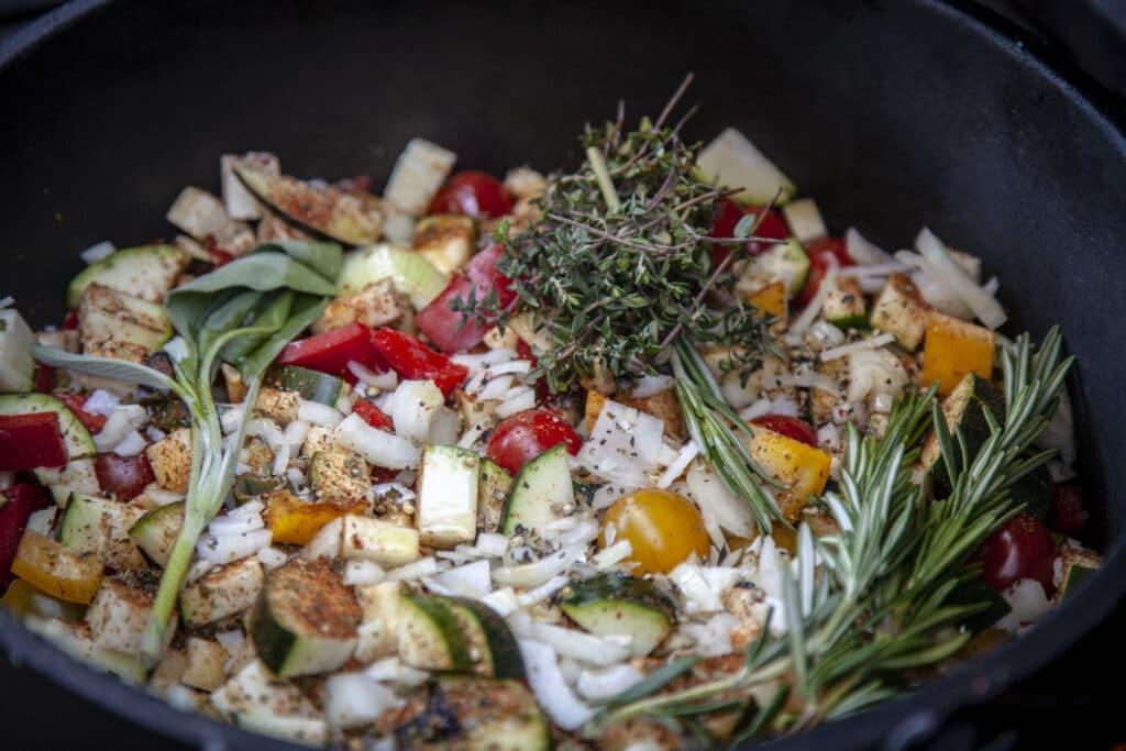 In eine Ratatouille gehören Zucchini, Paprika, Tomaten und Aubergine.