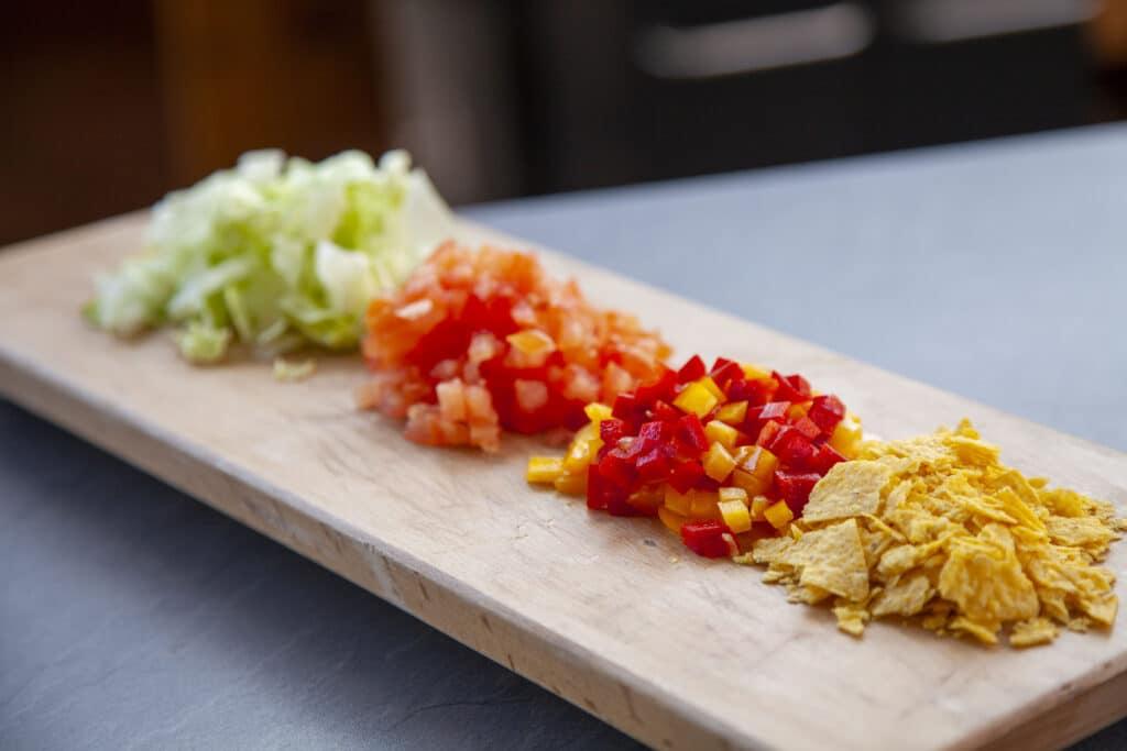 Eisbergsalat, Tomaten, Paprika und Tortillas für einen leckeren Tacosalat