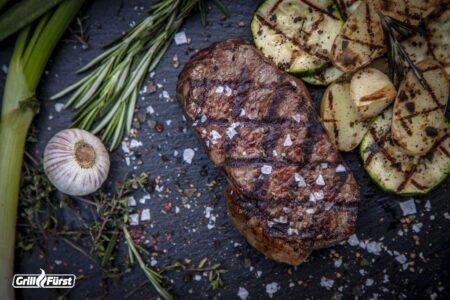 Gegrilltes Fleisch mit Brandings für Röstaromen