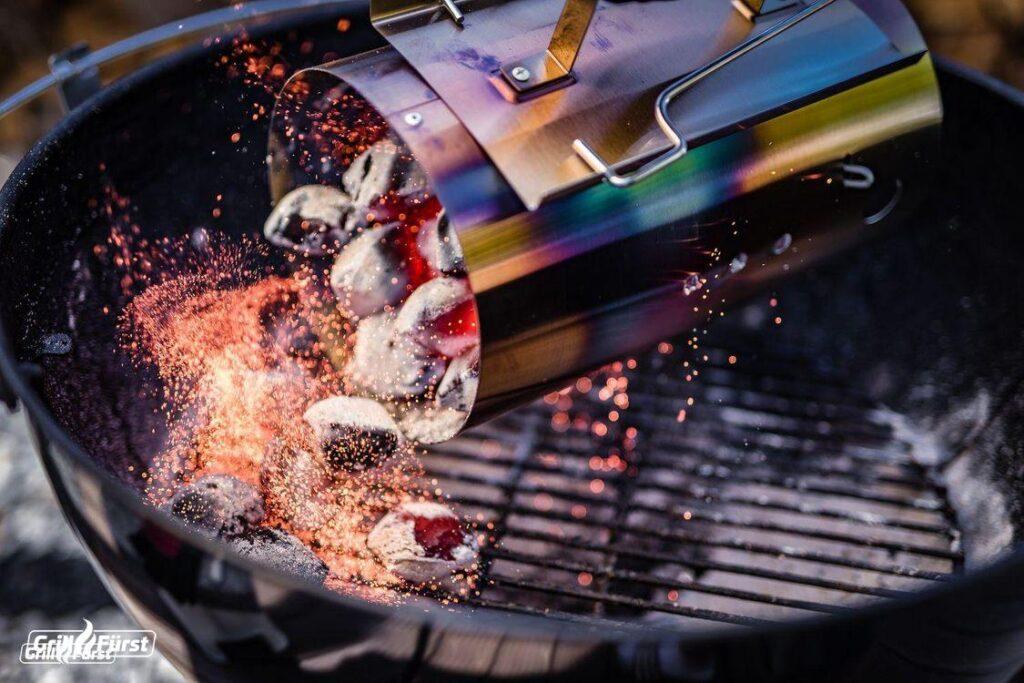 Damit der Grill möglichst schnell Startbereit ist, lohnt es sich, die Holzkohle in einem Anzündkamin vorzuheizen.