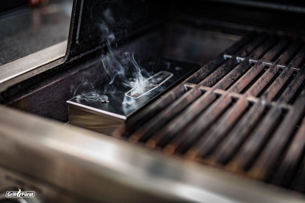 Die Smoking Chips in der Räucherbox verleihen dem Grillgut während des Grillens den perfekten Rauch Geschmack.