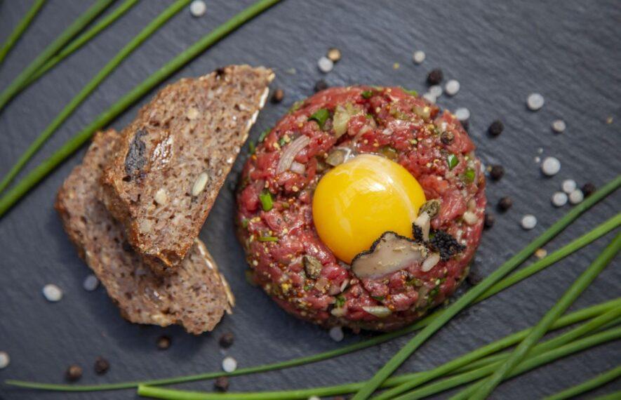 Beef Tatar mit Brot