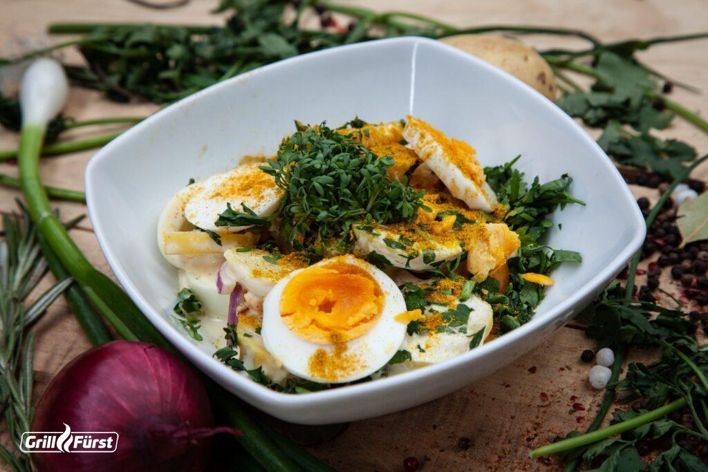Der Ruck-Zuck Kartoffelsalat wird vor allem durch die Zugabe von Curry definiert.