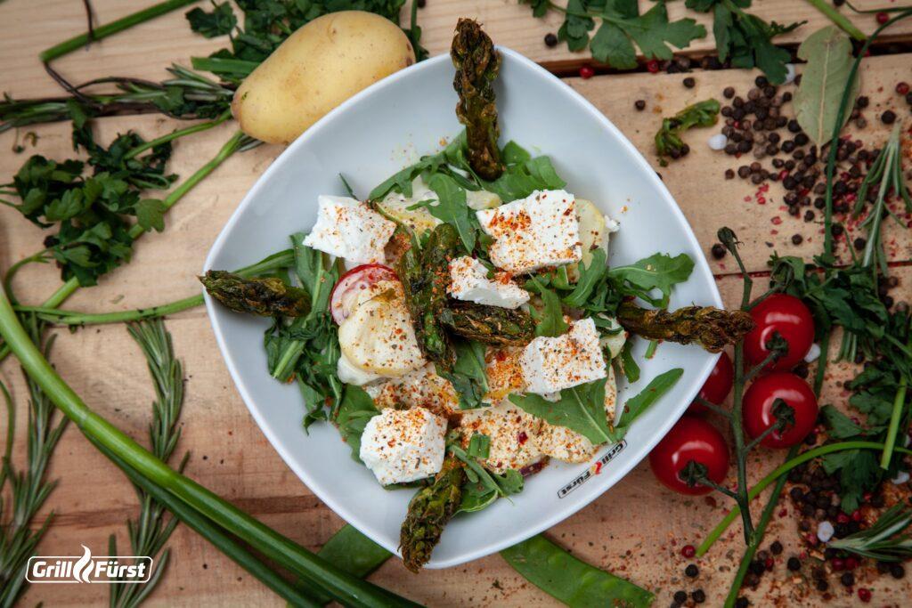 Kartoffelsalat mit Spargel und Schafskäse schmeckt gut zu gegrilltem.