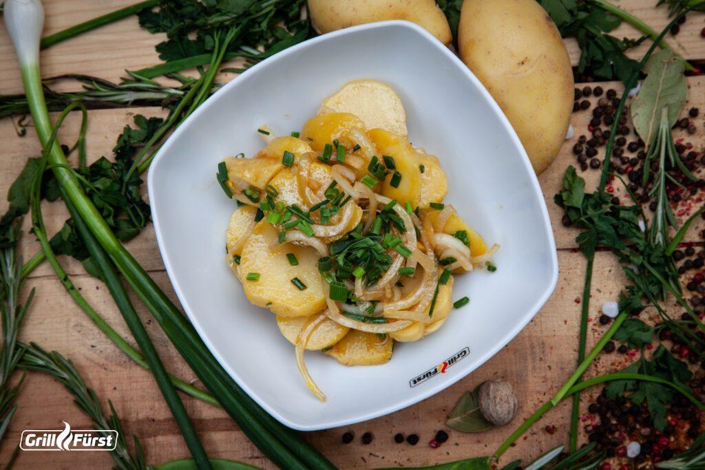 Der perfekte schwäbische Kartoffelsalat benötigt nicht viele Zutaten.