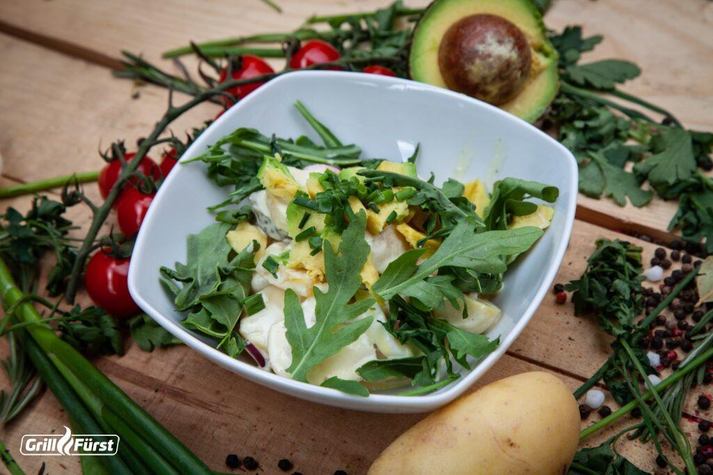 Kartoffelsalat mit Avocado und Rauke-Topping sorgt für eine gelungene Abwechslung beim Grillen.