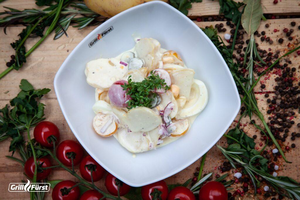 Omas Kartoffelsalat ist der klassiker unter den Kartoffelsalaten und eignet sich gut zu gegrilltem.