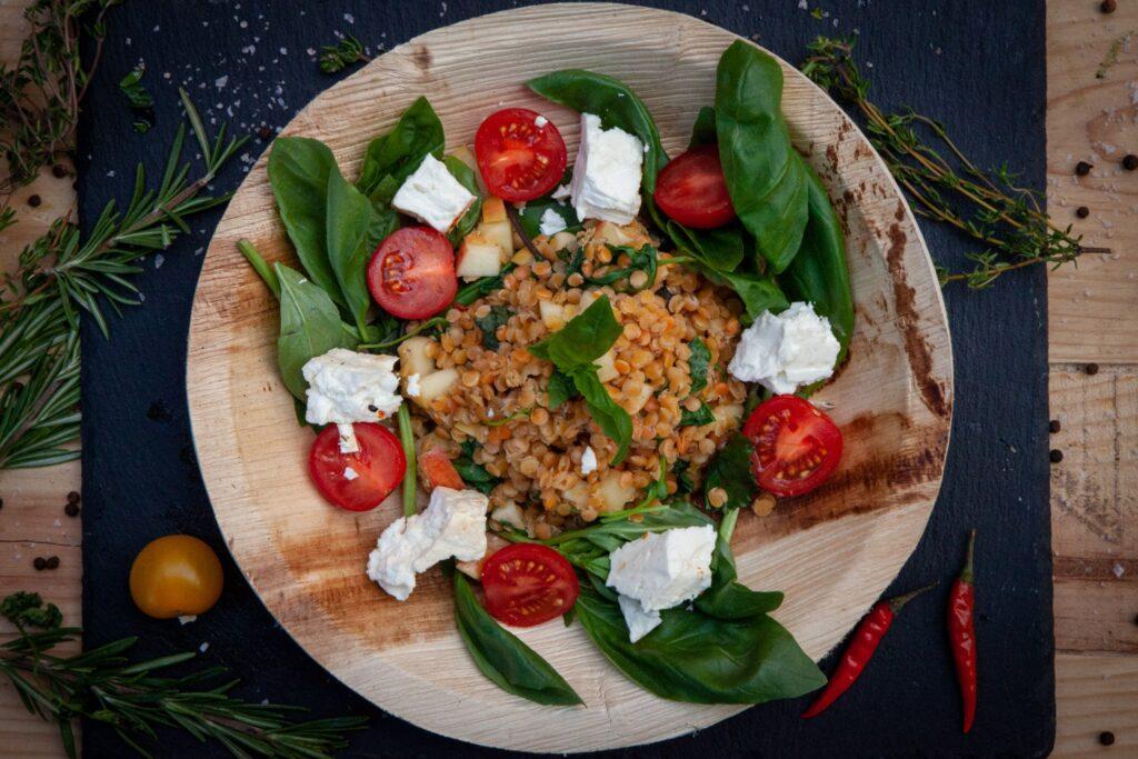 Der Linsensalat eignet sich sehr gut als perfekte Beilage zum Grillen