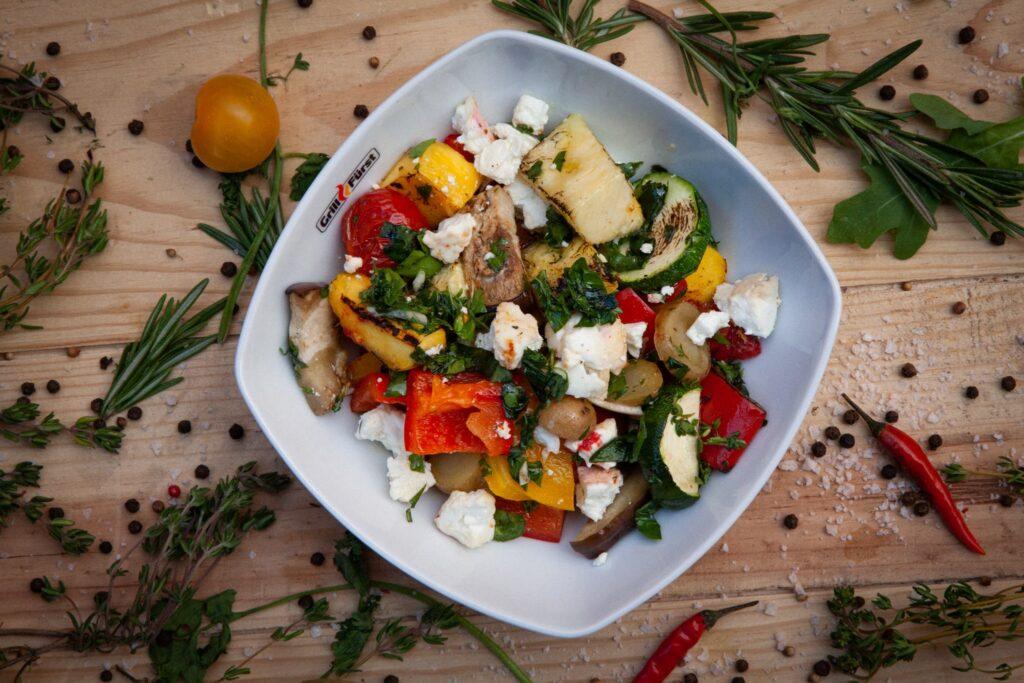 Man kann dem Grill Gemüse auch noch andere Zutaten, wie z.B. Ananas hinzufügen.